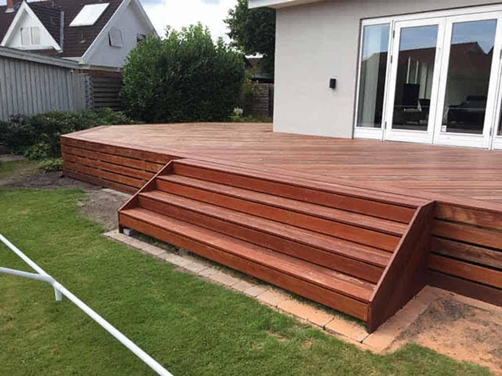 ny terrasse med trappe i mørkt træ