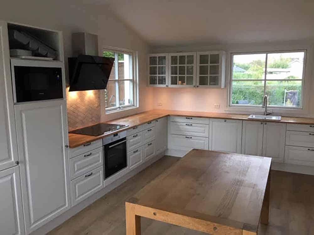 nyt køkken i hvidt og lyst træ