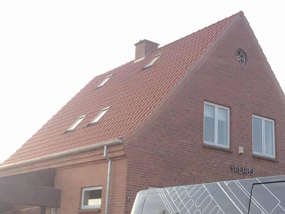 tagarbejde på hus med rødt tag