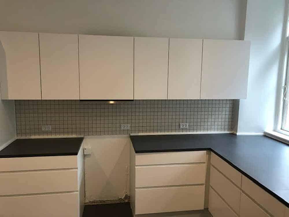 renoveret køkken i sort og hvid