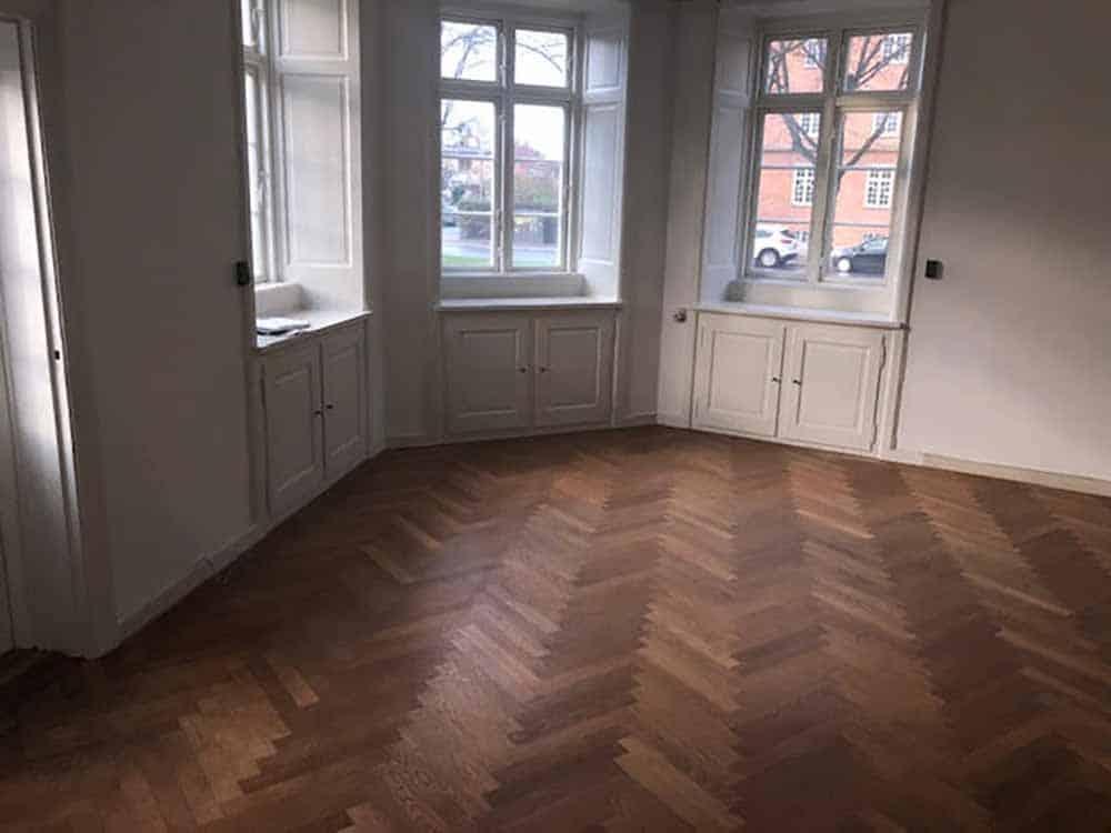 nyt gulv i mørkt træ lavet af Byberg-TSM