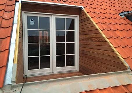 Kvist med vinduer og døre på bolig